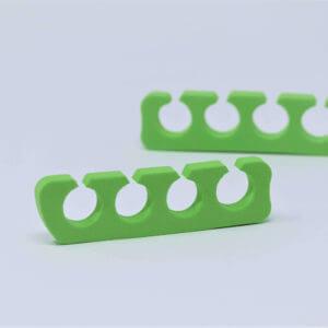 Zwei grüne Finger und Zehenspreizer.