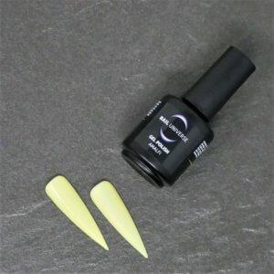 Gel Polish Amalfi. Eine schwarze Flasche liegt seitlich mit der Aufschrift Nail Universe Gel Polish. Im Vordergrund liegen zwei lackierte Nageltips.