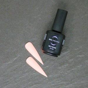Gel Polish Dubai. Eine schwarze Flasche liegt seitlich mit der Aufschrift Nail Universe Gel Polish. Im Vordergrund liegen zwei lackierte Nageltips.