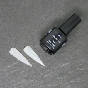 Gel Polish Natural White. Eine schwarze Flasche liegt seitlich mit der Aufschrift Nail Universe Gel Polish. Im Vordergrund liegen zwei lackierte Nageltips.