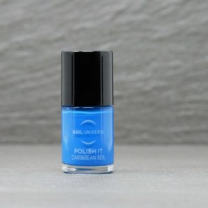 Nagellackflasche mit blauer Nagellackfüllung