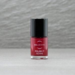 Nagellackflasche mit Nagellackfüllung in Redwine rot