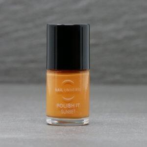 Nagellackflasche mit Nagellackfüllung in Sunset orange